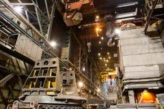 Descarga da escória na fábrica metallurgy imagens de stock royalty free