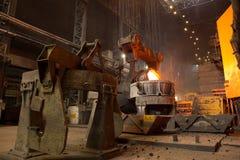 Descarga da escória na fábrica metallurgy foto de stock