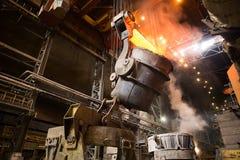 Descarga da escória na fábrica metallurgy fotografia de stock royalty free