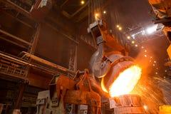 Descarga da escória na fábrica metallurgy imagem de stock royalty free