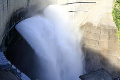 Descarga da represa de Kurobe imagem de stock royalty free