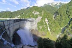 Descarga da represa de Kurobe foto de stock