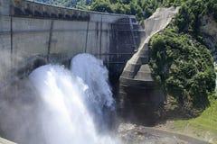 Descarga da represa de Kurobe imagem de stock