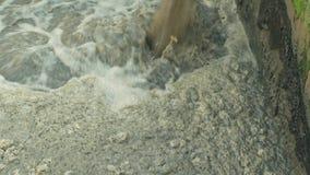 Descarga das águas residuais na purificação biológica do purificador do segmento da planta de tratamento de esgotos da água, tanq video estoque