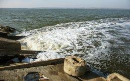 Descarga de águas residuais industriais sujas no mar Envenenamento da área de recreação pela propagação da doença, destruição da  fotos de stock