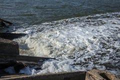 Descarga de águas residuais industriais sujas no mar Envenenamento da área de recreação pela propagação da doença, destruição da  imagem de stock