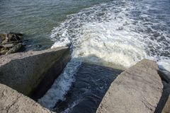 Descarga de águas residuais industriais sujas no mar Envenenamento da área de recreação pela propagação da doença, destruição da  foto de stock royalty free