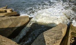 Descarga de águas residuais industriais sujas no mar Envenenamento da área de recreação pela propagação da doença, destruição da  imagens de stock royalty free