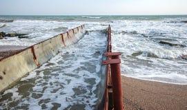 Descarga de águas residuais industriais sujas no mar Envenenamento da área de recreação pela propagação da doença, destruição da  foto de stock
