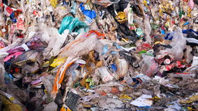 Descarga de basura Cierre para arriba Concepto de la contaminación del ambiente