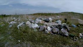 Descarga de basura dispersada alrededor del borde de la carretera en Ucrania metrajes