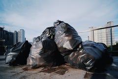 Descarga de basura en la ciudad fotos de archivo