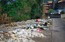 Descarga de basura en las calles de Pattaya en Tailandia fotografía de archivo