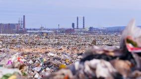 Descarga de basura Fábrica industrial en un fondo Concepto de la contaminación del ambiente almacen de metraje de vídeo