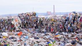 Descarga de basura Sitio de Lanfill Concepto de la contaminación del ambiente almacen de metraje de vídeo