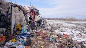 Descarga de basura, vertido, depósito de chatarra, descarga de la ciudad Tiro del carro almacen de metraje de vídeo