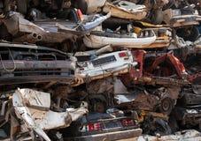 Descarga de coches apilados en depósito de chatarra Imágenes de archivo libres de regalías