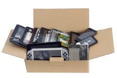 A descarga de dispositivos eletrônicos do lixo isolou o conceito Imagens de Stock