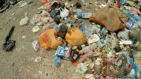 Descarga de la basura expulsada en el vertido en Ucrania almacen de metraje de vídeo