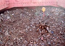 Descarga de la chatarra del cargo de buque de carga en el puerto de Iskenderun, Turquía Una opinión del primer de los residuos de foto de archivo libre de regalías