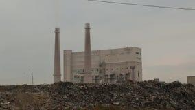 Descarga de la ciudad Descarga de basura en fondo de la fábrica El humo hediondo viene de los tubos de la fábrica Contaminación a almacen de metraje de vídeo