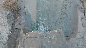 Descarga de la contaminación de agua del dren Visión superior metrajes