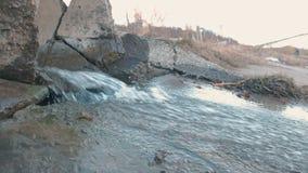 Descarga de la contaminación de agua del dren Vista lateral almacen de metraje de vídeo