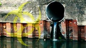 Descarga de las aguas residuales en el río almacen de metraje de vídeo