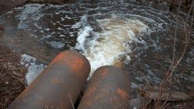 Descarga de las aguas residuales en un r?o Aguas residuales sucias del tubo, contaminaci?n ambiental metrajes