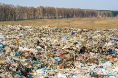 Descarga de lixo da cidade com doméstico imagem de stock royalty free