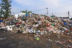 Descarga de lixo municipal na operação de descarga imagens de stock royalty free
