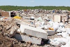 Descarga de lixo municipal na operação de descarga Polui??o ambiental imagens de stock