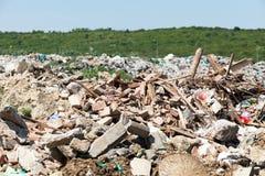 Descarga de lixo municipal na operação de descarga Polui??o ambiental fotografia de stock