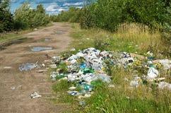 Descarga de lixo na natureza imagens de stock
