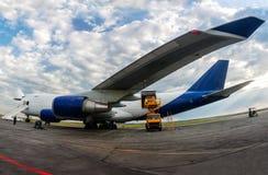Descarga de los aviones anchos del cargo del cuerpo Fotografía de archivo libre de regalías