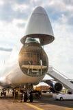 Descarga de los aviones de fuselaje ancho del cargo Imagen de archivo libre de regalías