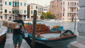 Descarga de mercancías comerciales de un barco en Venecia, Italia almacen de metraje de vídeo