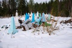 Descarga de monumentos metálicos velhos perto do cemitério velho da vila na primavera fotos de stock