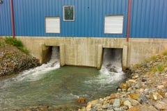 Descarga de una pequeña estación hidráulica en Canadá septentrional Foto de archivo libre de regalías