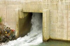 Descarga de una pequeña estación hidráulica en Canadá septentrional Imágenes de archivo libres de regalías