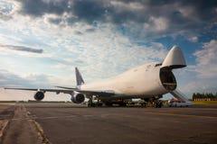 Descarga del aeroplano de fuselaje ancho del cargo Imagen de archivo libre de regalías