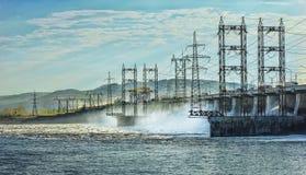 Descarga del agua de manatial en la central hidroeléctrica Foto de archivo