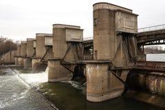 Descarga del agua durante el snowmelt de la primavera en la presa de Perervinsk instalada en el río de Moscú, para mantener el  fotografía de archivo