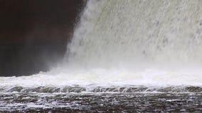Descarga del agua durante el snowmelt de la primavera en la presa de Perervinsk instalada en el río de Moscú, para mantener el  almacen de metraje de vídeo