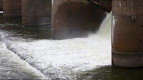 Descarga del agua durante el snowmelt de la primavera en la presa de Perervinsk instalada en el río de Moscú, para mantener el  metrajes