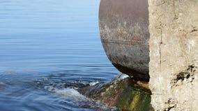 Descarga del agua t?xica o contaminada en un r?o o un lago Puede también ser dren de las aguas residuales y de la lluvia almacen de metraje de vídeo