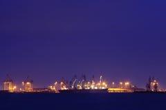 Descarga del buque de carga en la noche Foto de archivo libre de regalías
