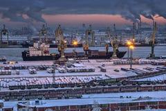 Descarga del buque de carga por la tarde del invierno del puerto marítimo Imágenes de archivo libres de regalías