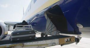 Descarga del equipaje del aeroplano en el aeropuerto almacen de metraje de vídeo