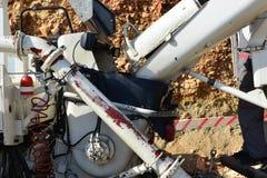 Descarga del hormigón del mezclador a la bomba concreta Imagen de archivo libre de regalías